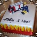 65 Tort kwadrartowy z wozem strażackim strażak  i płomieniami wokół tortu