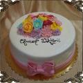 52 Tort na chrzest z kolorowymi  kwiatami z lukru wesoły różowa kokardka