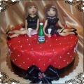 72 Tort z dwiema paniami pijącymi szampana w czarnych sukienkach na urodziny koleżanek Cukiernia Pod Arkadami