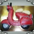 81 Tort w kształcie czerwonego skutera Piaggio przestrzenny duży