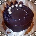 27 Tort oblany ciemną czekoladą z kulkami z białej czekolady