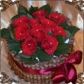 29 Tort z żywymi  czerwonymi różami obłożony rurkami waflowymi