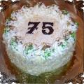 30 Tort na 75 urodziny dekorowany śmietaną i posypką z białej czekolady