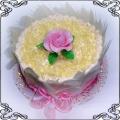 7 Tort okolicznościowy z dekoracją w piórkach z białej czekolady i różową różyczką Cukiernia Pod Arkadami Kraków