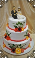 31 tort folkowy z kwiatkami z lukru i figurkami młodych z lukru