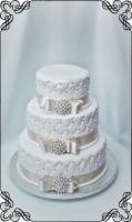 23 tort klasyczny biały pikowany z kokardkami beżowymi