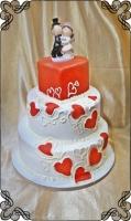 25 tort weselny w czerwone serduszka i figurki