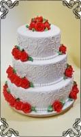 28 tort weselny z wzorkami i czerwone róże z lukru