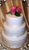 31 Tort na ślub z trzema żywymi różami i białymi kuleczkami z lukru Krakowskie Torty Artystyczne Cukiernia Kraków