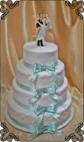 46 tort weselny piętrowy z figurka jasno zielona wstążka