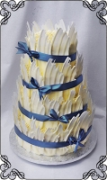 53 tort ślubny w piórkach z białej czekolady niebieska wstążka