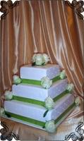 58 tort kwadratowy  ślubny z różami na rogach  -żywe kwiaty cake