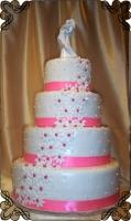 63 Tort na wesele z różowo białymi jadalnymi kwiatami oraz przepiękną rzeźbą  Państwa Młodych Krakowskie Torty Artystyczne Cukiernia Kraków