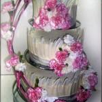 Tort weselny z goździkami