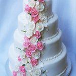 4BW. Czteropiętrowy tort weselny ozdobiony kwiatami z lukru
