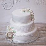 Klasyczny tort z lukrowanymi kwiatami