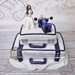 Tort weselny walizki z figurkami Młodej Pary
