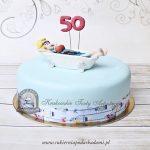 Tort z dziewczyną odpoczywającą w wannie w wodzie z błękitnej galaretki.