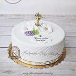 Tort na Komunię z małym złotym kielichem, kwiatami i winogronem