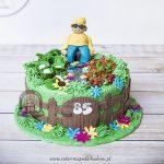 Tort w kształcie ogródka warzywnego z figurką działkowicza
