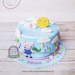 Tort George z bajki Świnka Peppa zdobiony chmurkami, słoneczkiem kolorowymi kropelkami deszczu i kwiatkami
