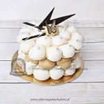 114BA Tort z bezowych kulek zdobiony motylem i kawałkami ciemnej czekolady