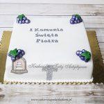Kwadratowy tort na Komunię z winogronami i krzyżem z kryształków