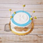 Tort z pszczołami i plastrem miodu