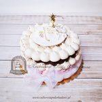 Tort bezowy na Komunię zdobiony księgą i złotym kielichem z hostią