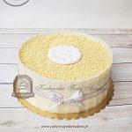 Tort na Komunię z kulkami ryżowymi i tabliczkami białej czekolady