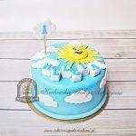 Tort uśmiechnięte słoneczko i chmurki na niebie