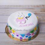 Tort z królikiem trzymającym balonik i kolorową girlandą
