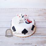 Tort dla miłośnika gier hazardowych z kartami do pokera, kostkami i żetonami, ozdobiony symbolem pik