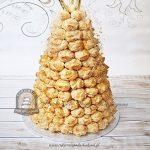 Tort Croquembouche ptysiowa piramida z karmelowymi nitkami