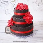 Tort weselny z tabliczkami i wiórkami gorzkiej czekolady i czerwonymi kwiatami z masy cukrowej