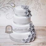 Tort weselny zdobiony srebrnymi różami