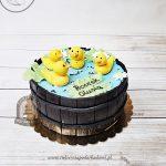Tort kaczuszki pływające w beczułkowym mini-stawku