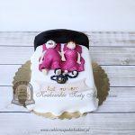 Tort na rocznicę ślubu_para w łóżku małżeńskim skuta łańcuchem z kulą