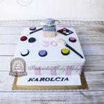 Tort dla kobiety z kosmetykami i przyborami do makijażu oraz flakonem perfum Chloé