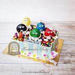 Tort z figurkami i drażami M&M'S oraz tabliczkami czekolady