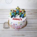 Tort z małymi Minionkami trzymającymi róże