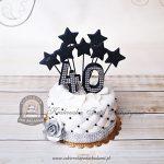 Pikowany tort z gwiazdkami zdobiony kryształkami i srebrną różą