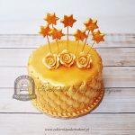 Złoty tort z różami i gwiazdami