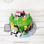 Tort Strażak Sam z wozem strażackim i policyjnym oraz płonącym budynkiem