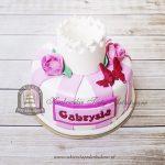 Tort w różowe paski z koroną i różyczkami
