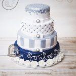 Biało-srebrno-granatowy tort weselny z różnorodnym zdobieniem, dekorowany różami z masy cukrowej
