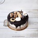Cieniowany tort z czekoladową polewą udekorowany ciastkami