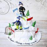 Zimowy tort - narciarze na ośnieżonym stoku
