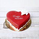 Tort czerwone serce zdobione kwiatkiem z masy cukrowej
