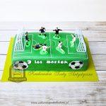 Tort piłkarski w kształcie boiska z figurkami piłkarzy